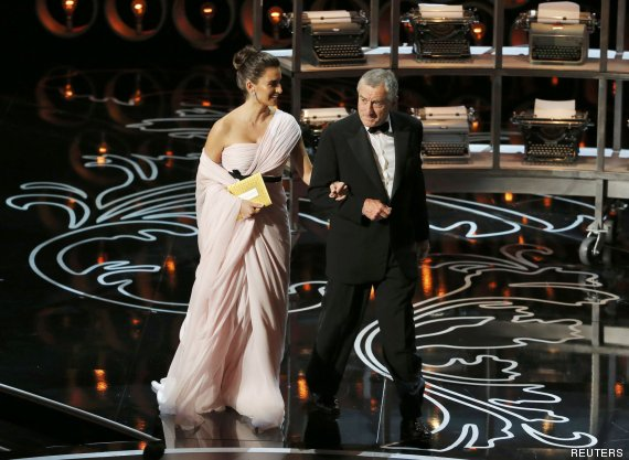 Penelope Cruz and Robert De Niro present at the 86th Academy Awards in Hollywood, California March 2, 2014.  REUTERS/Lucy Nicholson (UNITED STATES TAGS: ENTERTAINMENT) (OSCARS-SHOW)