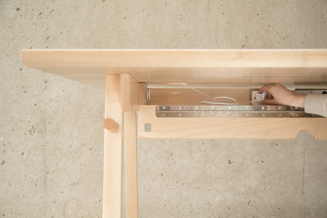Minimalist Desk hiding cables